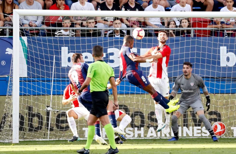 Eibar Athletic Diop remata d ecabeza ante Yeray. Juan Herrero EFE 9cd61b2c8999f
