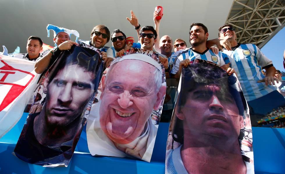 Aficionados argentinos, con las banderas de Messi, el Papa Francisco y Maradona.