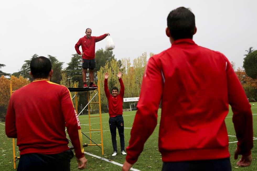 Pablo Feijoo exige a sus jugadores en el entrenamiento de la selección española de rugby a siete.