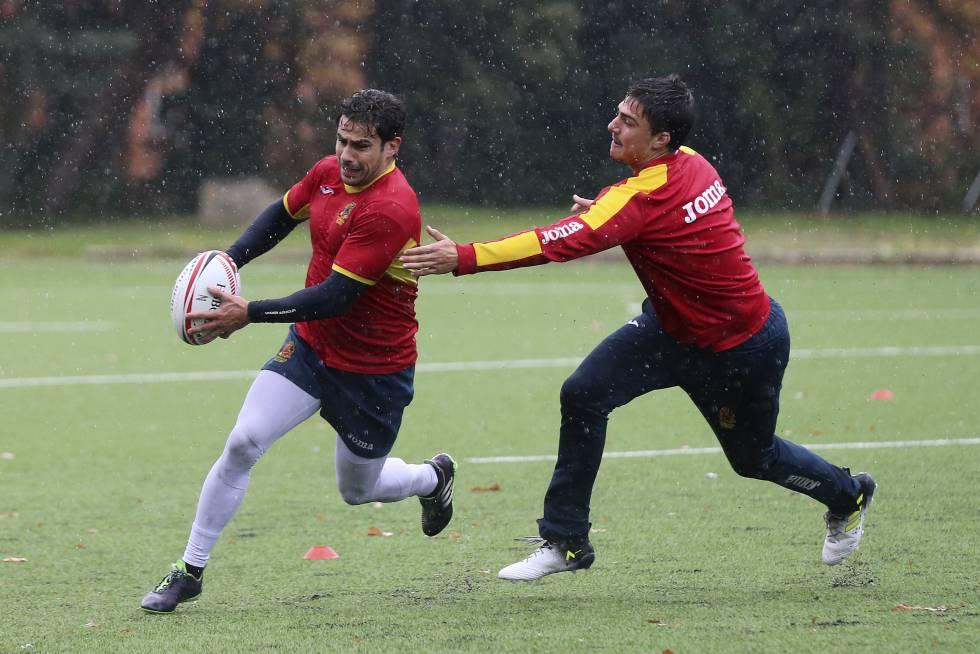 Paco Hernández escapa de la marca de uno de sus compañeros.
