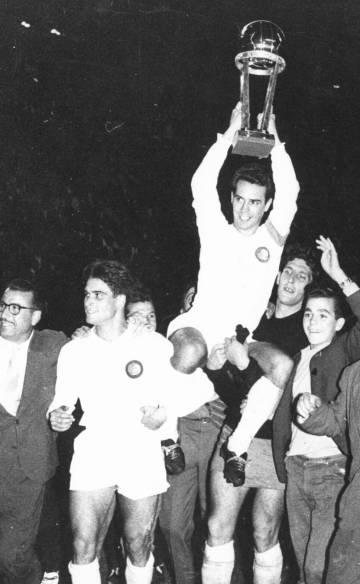 El madridista Zárraga levanta la primera Copa Intercontinental en 1960.