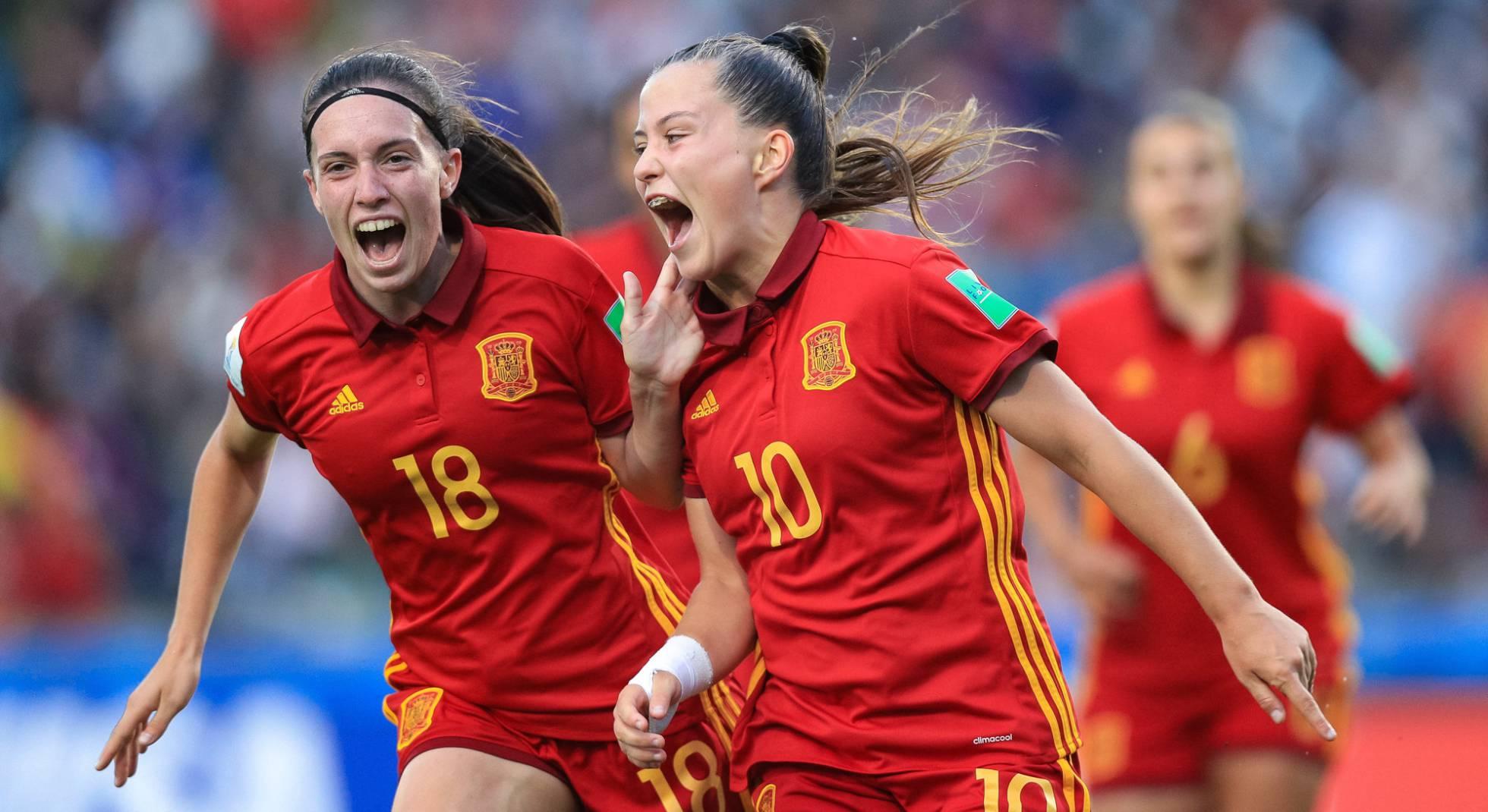 Claudia Pina celebra el segundo gol de España junto a Eva Navarro.