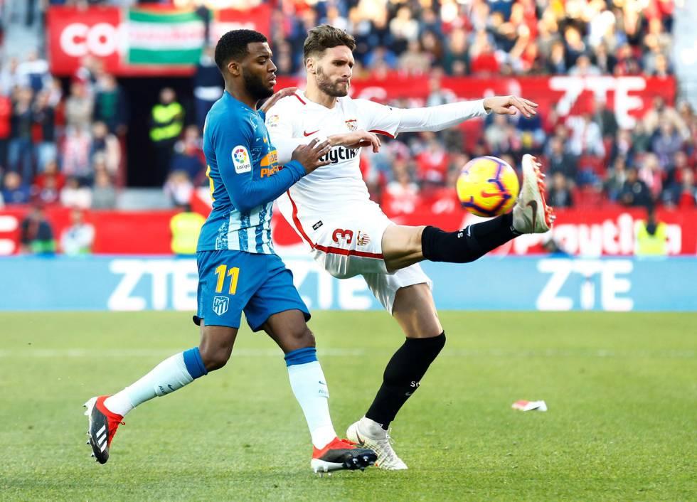 Sergi Gómez trata de despejar ante la presión de Lemar. fb09e60c2fa0a