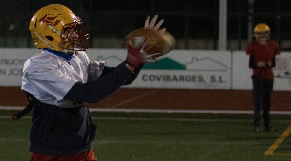 Un jugador de los Osos Rivas captura un balón en un entrenamiento del  equipo. eca3e3bfec8