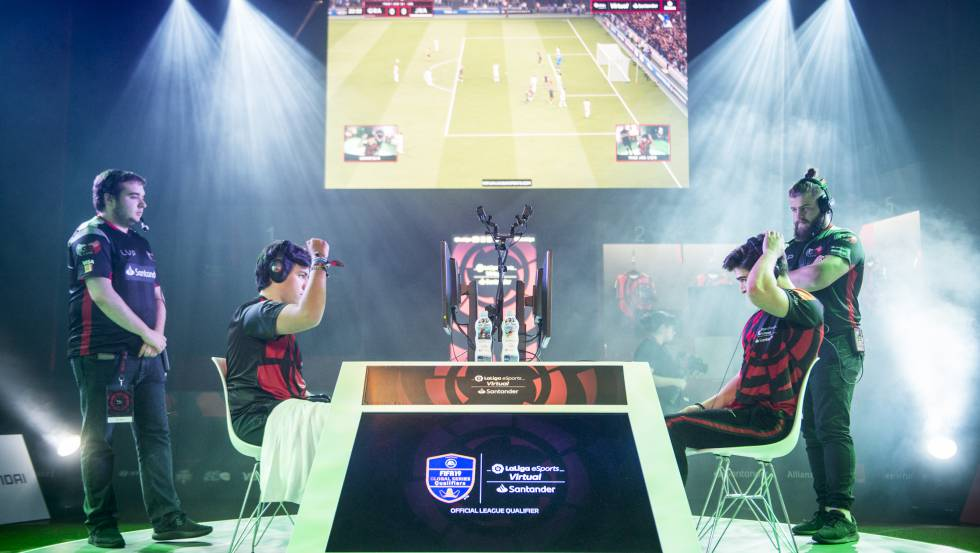 Gravesen celebra su victoria en el segundo torneo de la Virtual LaLiga eSports Santander en Barcelona.