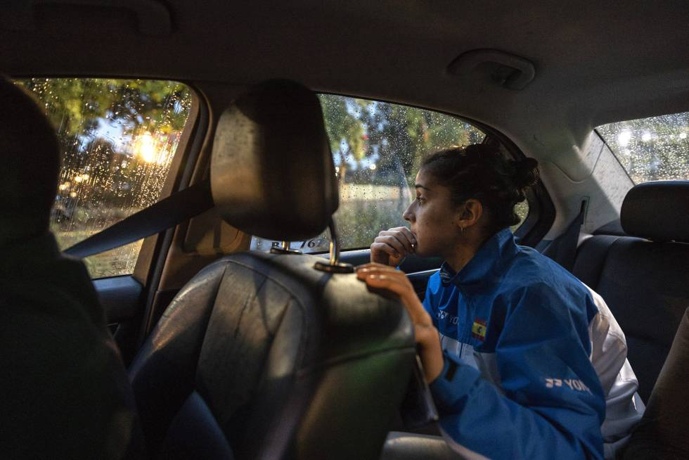 Carolina Marín mira con preocupación el tráfico de Yakarta de camino al pabellón.