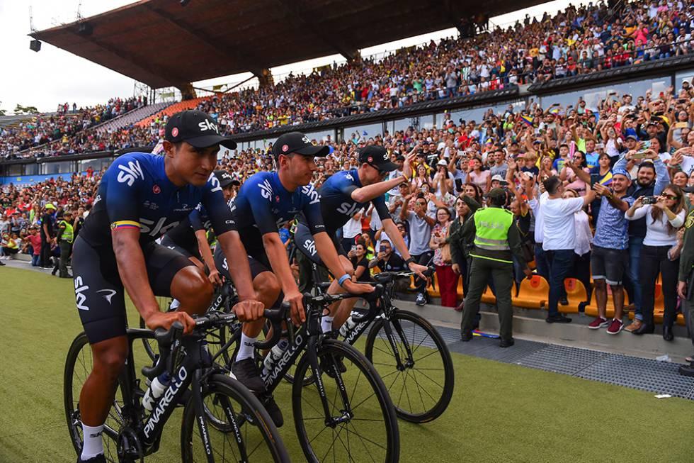 Froome, a la derecha, junto a sus compañeros Narváez y Henao, el domingo, en la presentación de la carrera.