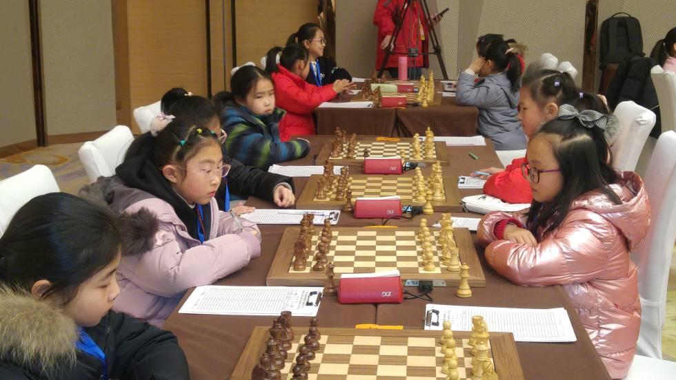 Los primeros tableros del grupo femenino sub-10, a punto de comenzar sus partidas.