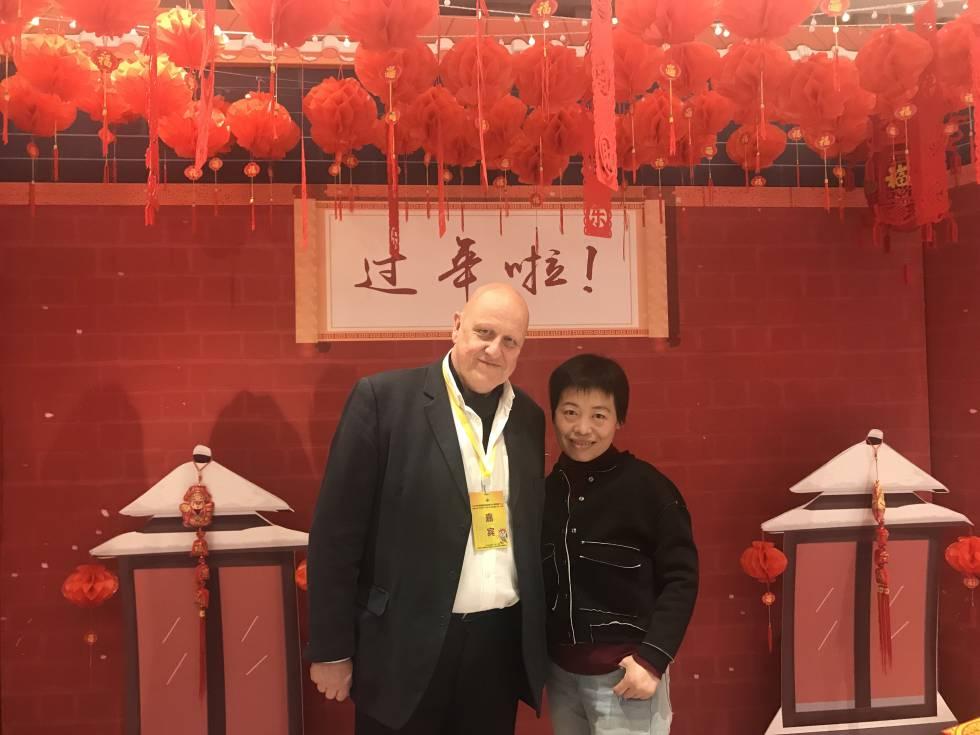 Los dos conferenciantes, durante el campeonato infantil de China: Leontxo García y la excampeona del mundo Xie Jun