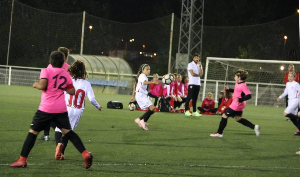 Chicas del Sevilla FC compitiendo contra un equipo masculino de su categoría.