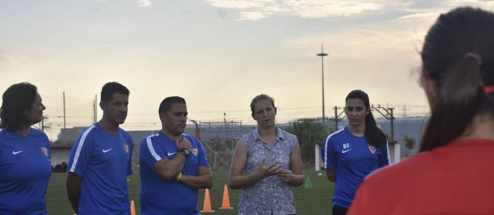 Amparo Gutiérrez reunida con el resto del equipo técnico del Sevilla FC.