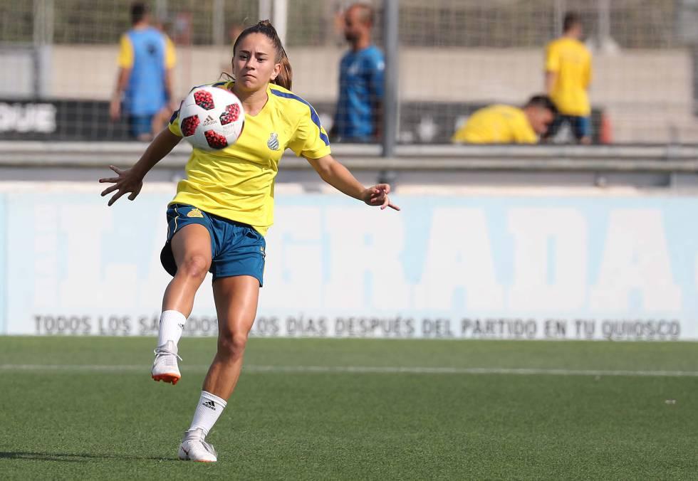 La delantera Elena Julve (18 años) controla un balón en un entrenamiento del RCD Espanyol.