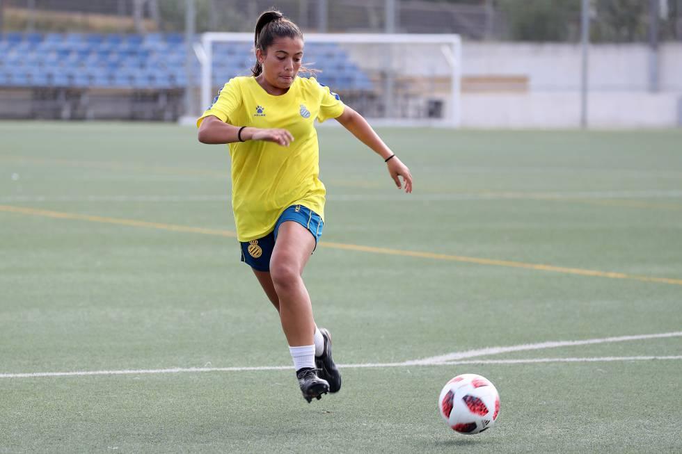 María Llompart antes de un golpeo al balón durante un entrenamiento.