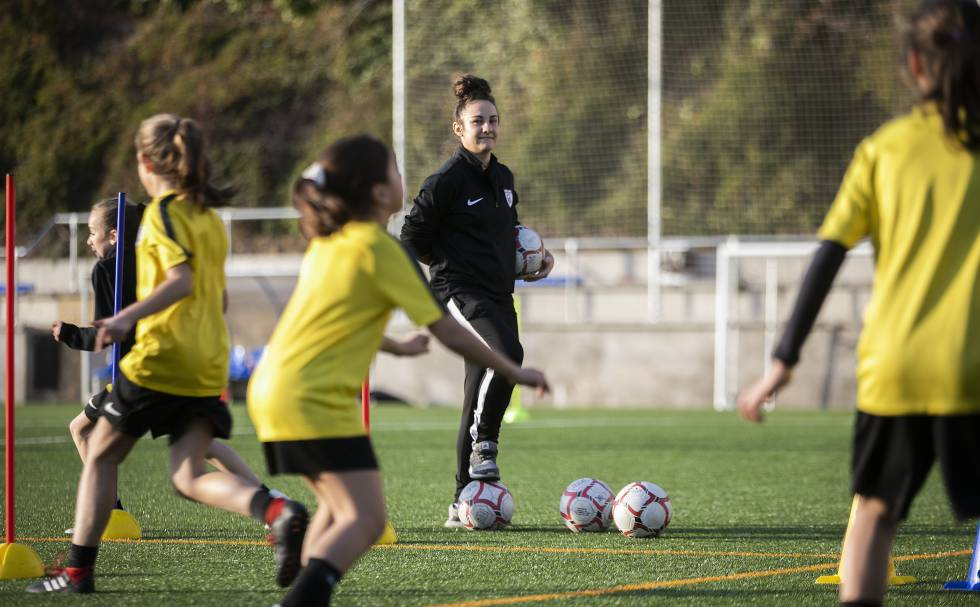 Alba Mellado, capitana del Madrid CFF de la Liga Iberdrola, entrena al equipo de benjaminas que lidera una liga de chicos.