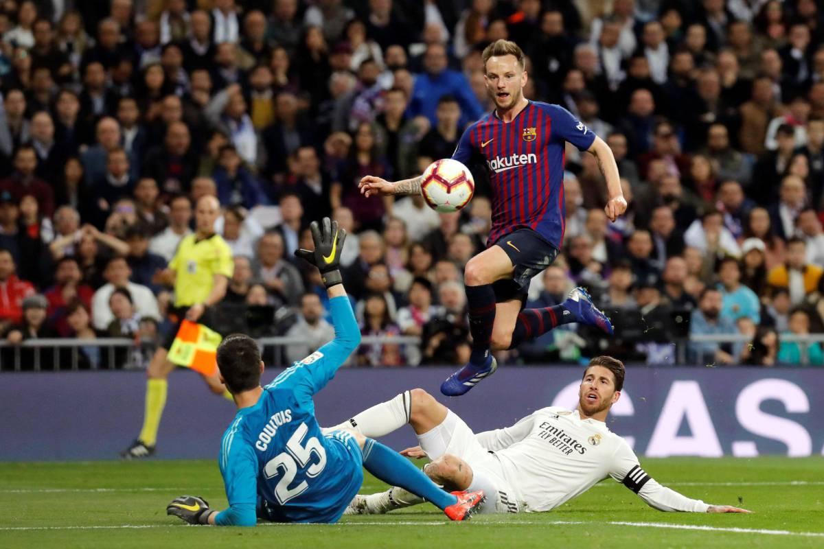 Rakitic supera a Courtois y Ramos y marca el gol de la victoria del  Barcelona. c5ea7857612