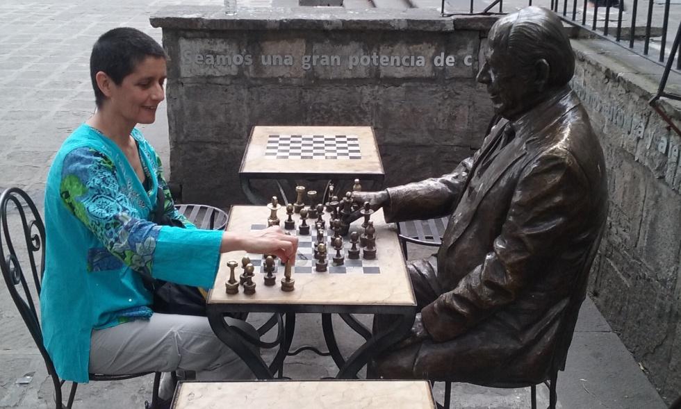 Marina Rizzo, en 2015, en la Plaza de Santa Veracruz, de Ciudad de México, frente a la estatua del escritor ecuatoriano Benjamín Carrión.