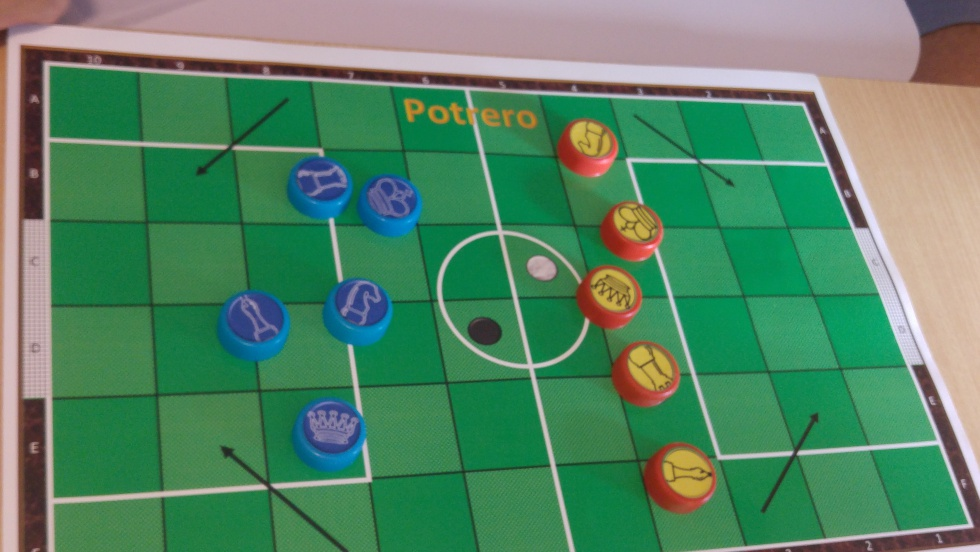 El 'Potrero', juego que mezcla el ajedrez y el fútbol, creado por Héctor Canteros.