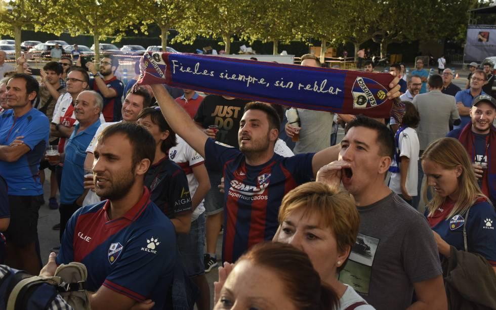 Aficionados de la SD Huesca antes del primer partido de LaLiga Santander en casa ante el Rayo Vallecano en septiembre de 2017.