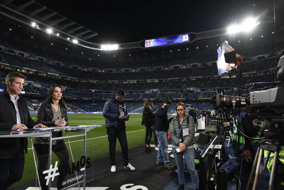 Presentadores, cámaras, productores y fotógrafos antes de un partido de LaLiga Santander en el Santiago Bernabéu.
