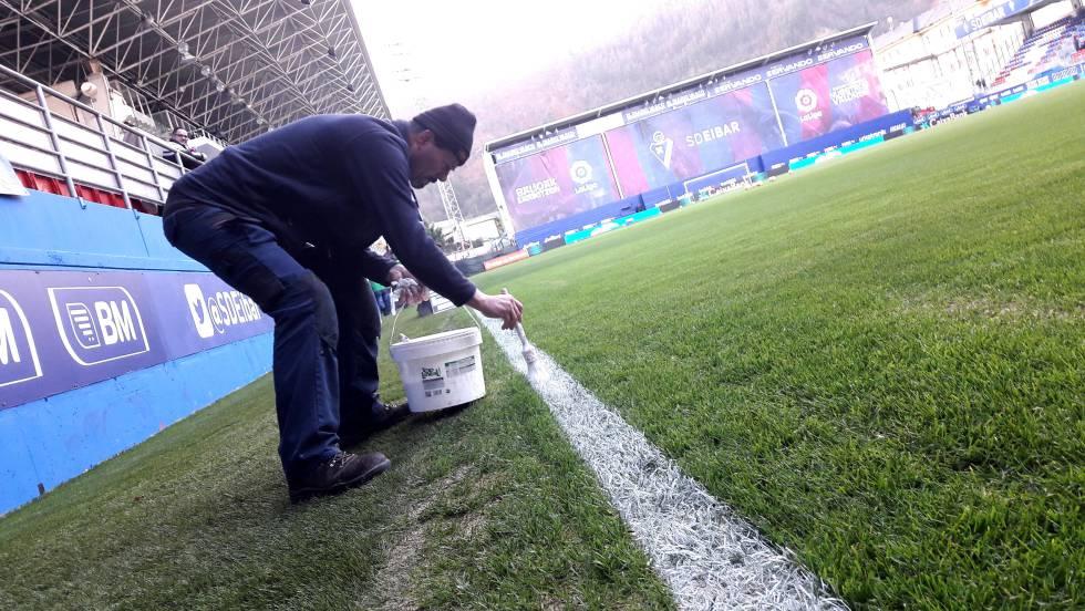 Un hombre pinta las líneas del estadio de Ipurua, el de la SD Eibar.