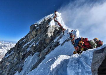 Dos muertos en el Everest en pleno atasco en la cima del mundo