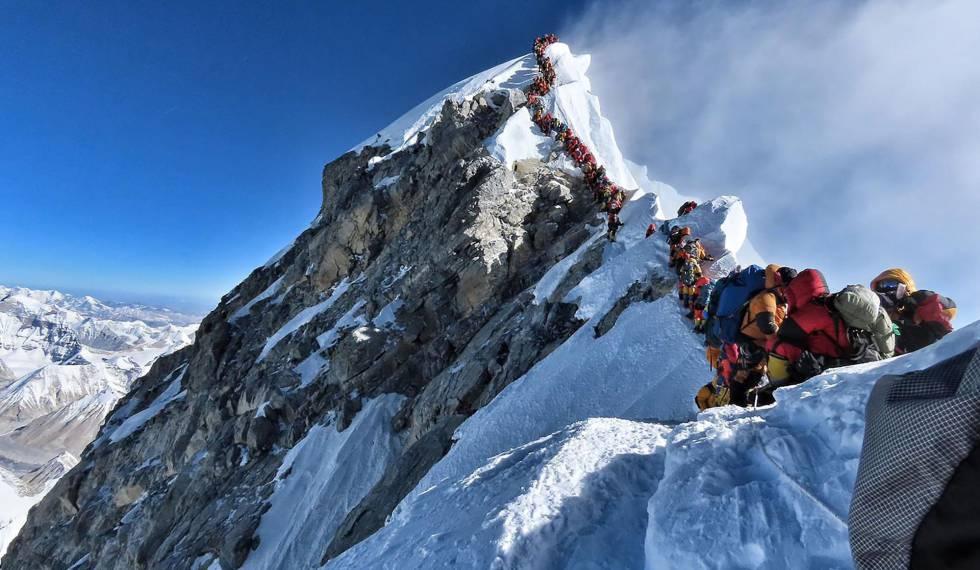 La cima del Everest se llena de muertos