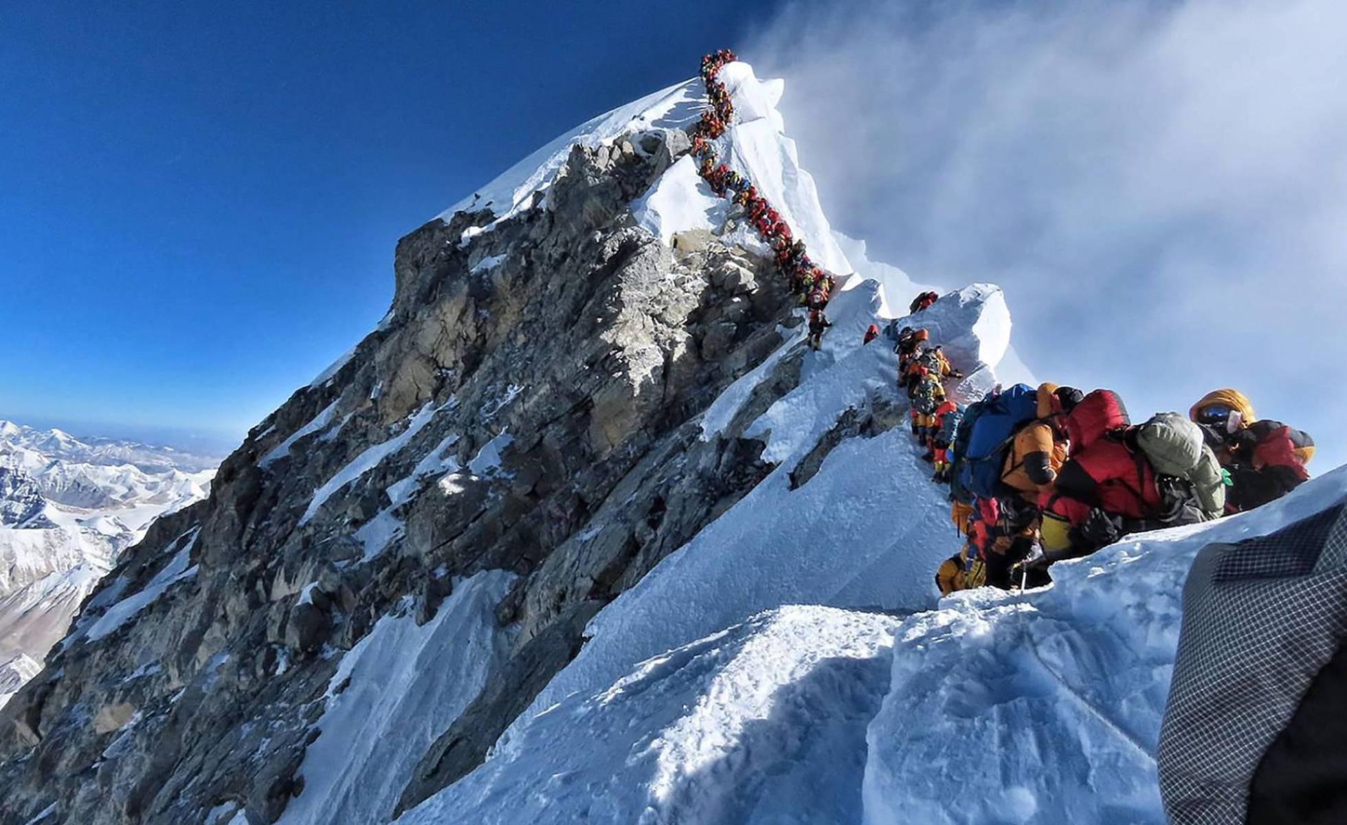 Alpinistas esperam sua vez para chegar ao cume do Everest. Foto: NIRMAL PURJA/ AFP / EL PAÍS