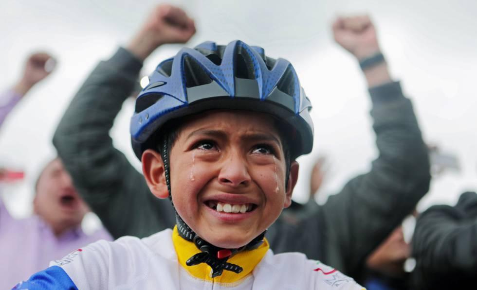 Un niño de Zipaquira (Colombia), la ciudad de Bernal, llora viendo el Tour.