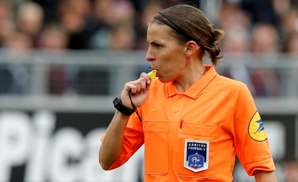 Stéphanie Frappart, durante el partido entre el Amiens y el Estrasburgo en el que se convirtió en la primera árbitra de un encuentro de la Lige 1 francesa.