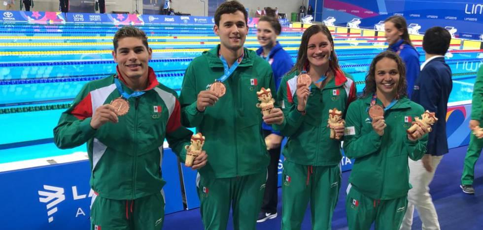 Daniel Ramírez, Jorge Iga, Mónica G. Hermosillo y María José Mata, al ganar el bronce en la prueba de 4x100.