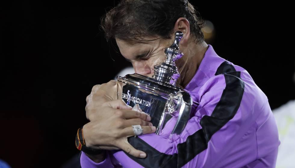 Nadal abraza el trofeo de campeón en la pista Arthur Ashe de Nueva York.