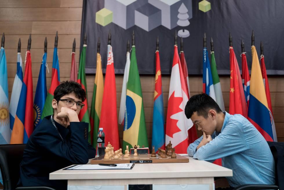 Alireza Firouzja, a la izquierda, durante la partida de hoy cuando le tocaba jugar a Liren Ding