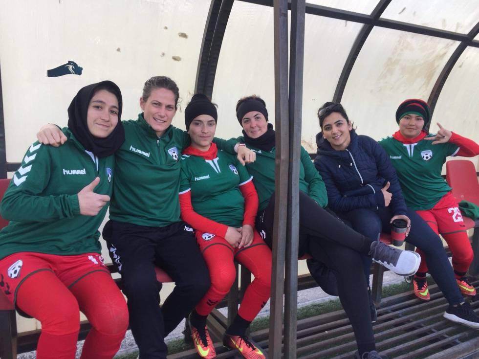 Lindsey con la selección femenina de Afganistán.