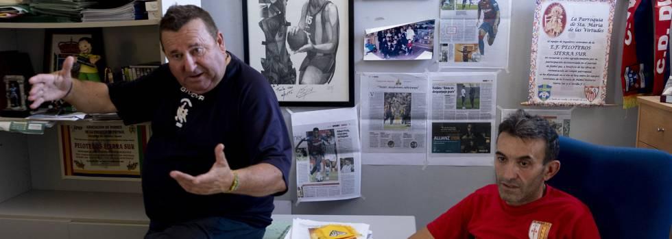 José Luis Pérez Mena (i) and Amador Saavedra Cañas (d) talk with El País in Herrera. rn