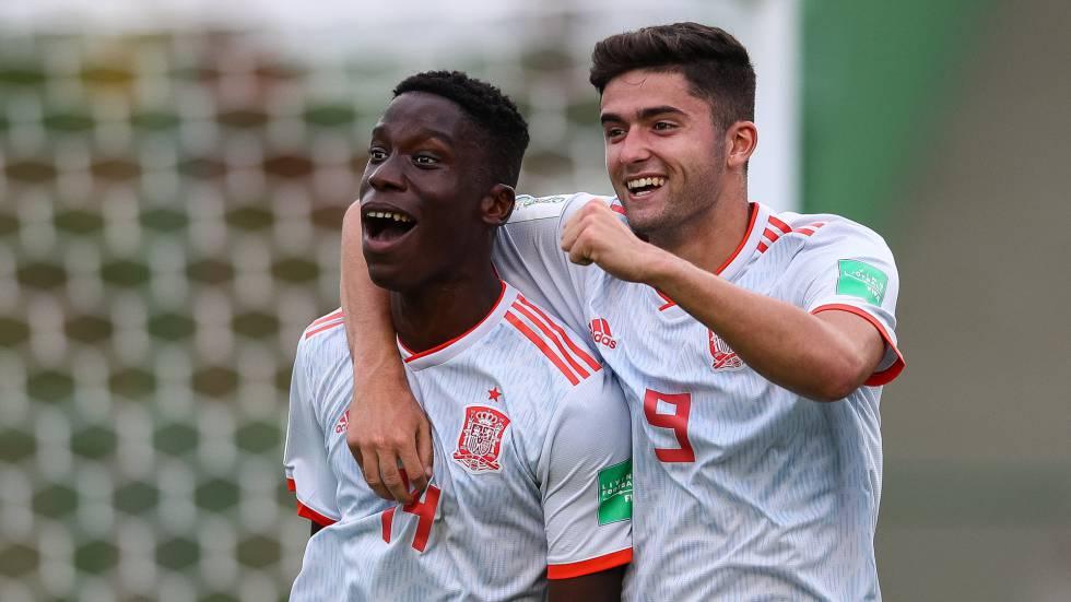 Moriba Ilaix y Jordi Escobar celebran un gol.