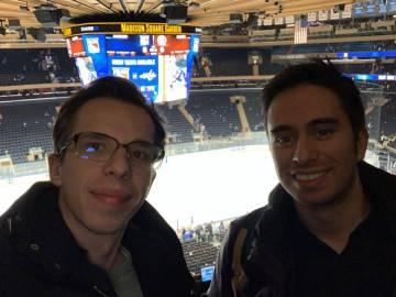 Daniel Velásquez, derecha, y su socio Luke Verbeek, en el Madison Square Garden en New York, viviendo de primera mano otro evento deportivo. Ahora tienen el ojo puesto en LaLiga.