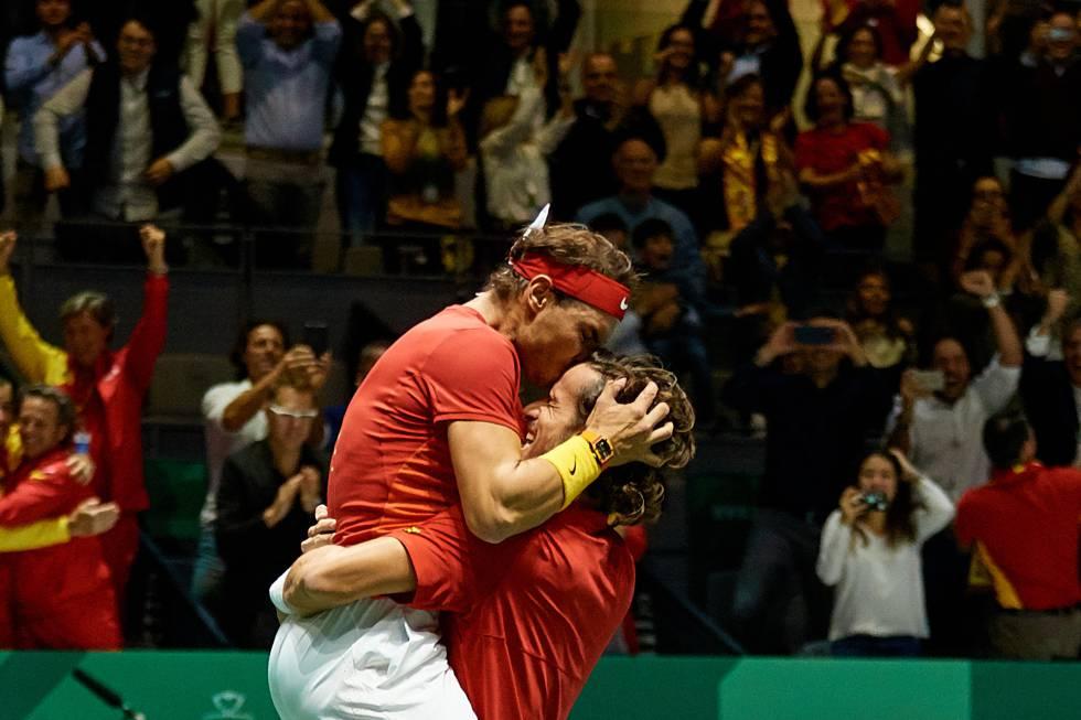 Nadal y Feliciano celebran la victoria contra Gran Bretaña en la Caja Mágica de Madrid.