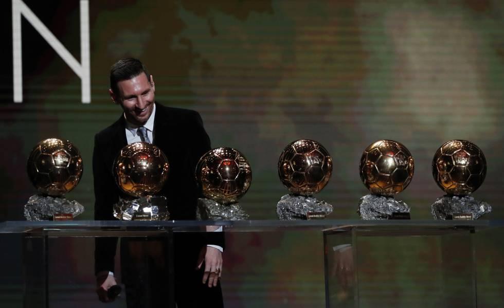 Messi, en la gala de París, junto a sus seis Balones de Oro.
