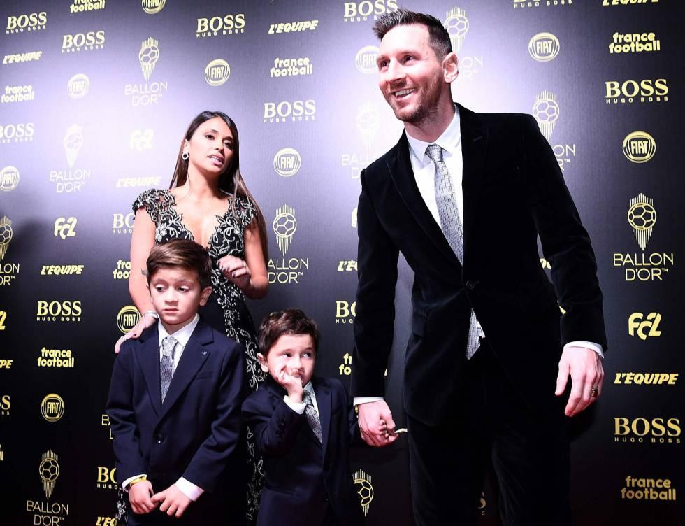 Messi, junto a su mujer y sus hijos, en la gala de París.