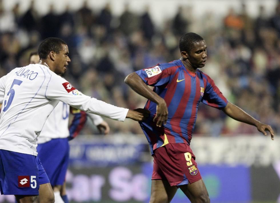 Eto'o se aleja del terreno de juego tras recibir insultos racistas en Zaragoza, en 2006.