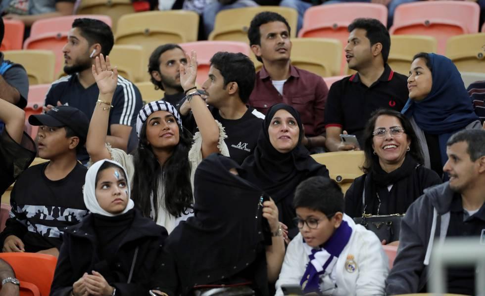 Mujeres y hombres comparten grada ayer en el estadio donde se disputó el Valencia-Real Madrid.