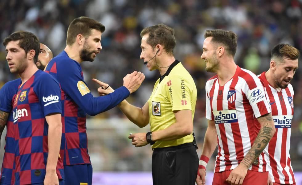 Piqué protesta al coleagiado González González durante la semifinal de la Supercopa de España que enfretó al Barcelona y al Atlético en Yedda.