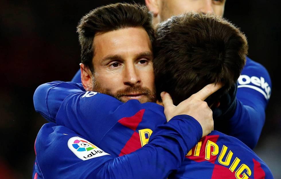 Messi y Riqui Puig se abrazan tras el gol del Barça.