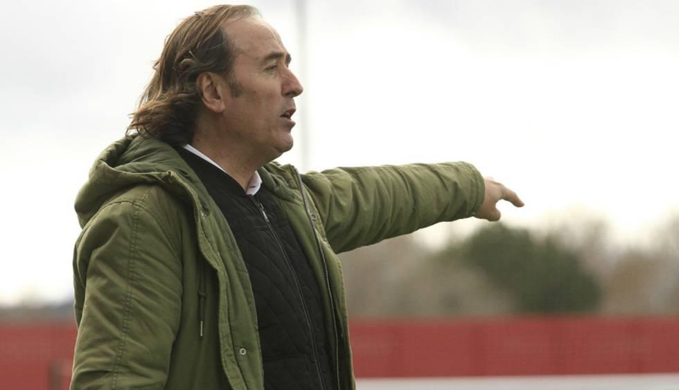 Pablo López da órdenes a sus jugadoras en el Atlético-Tacón.