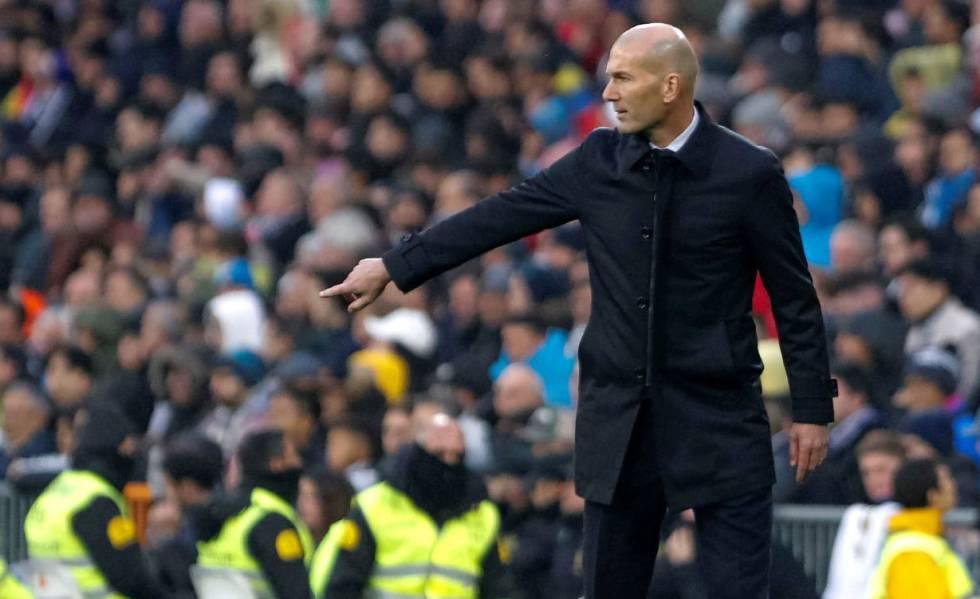 Zidane da órdenes a sus jugadores en el Real Madrid-Sevilla.