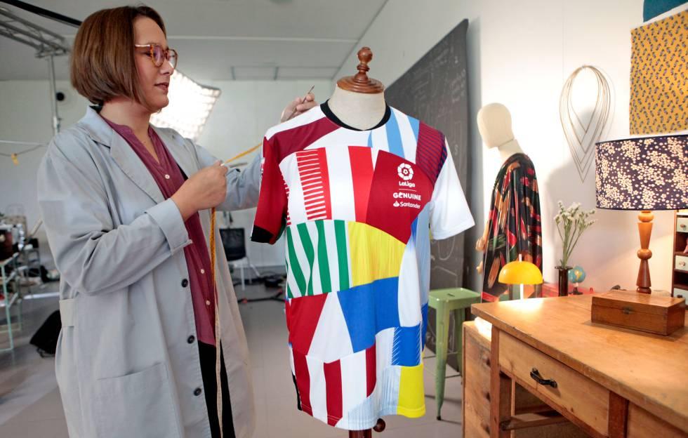 Aloma Lafontana, artista y diseñadora de la camiseta construida con retazos de las de los 36 equipos participantes en LaLiga Genuine Santander, posa con su creación.