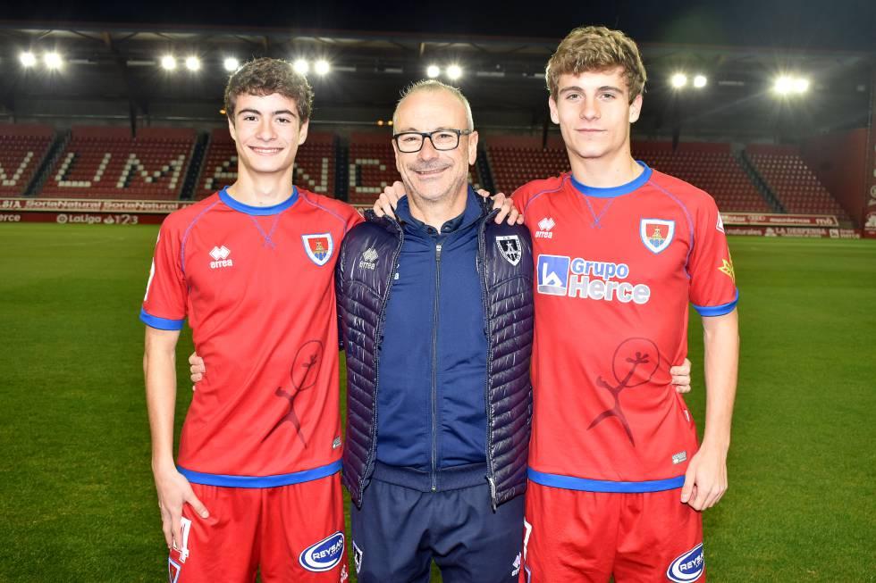 De izquierda a derecha: Javier, delantero juvenil, Andrés, delegado del club y Ander, mediocentro del CD Numancia.