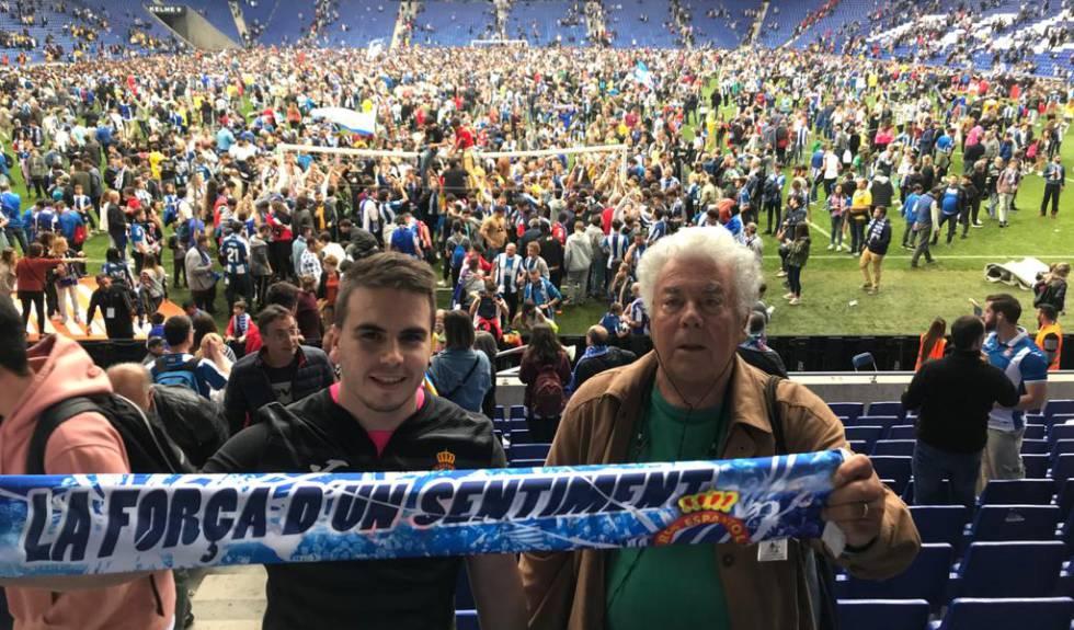 Elías Contel junto a su nieto en el último partido de la temporada 20182019 en el RCD Stadium.