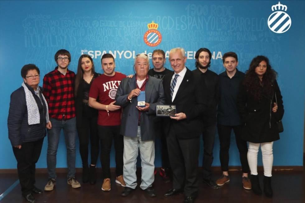 Elías Contel recibe un obsequio junto a su familia y representantes del RCD Espanyol de Barcelona el pasado domingo.