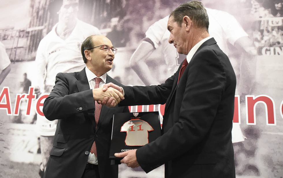 El presidente del Sevilla FC, José Castro, entrega el Dorsal de Leyenda al excentrocampista del club Enrique Montero.